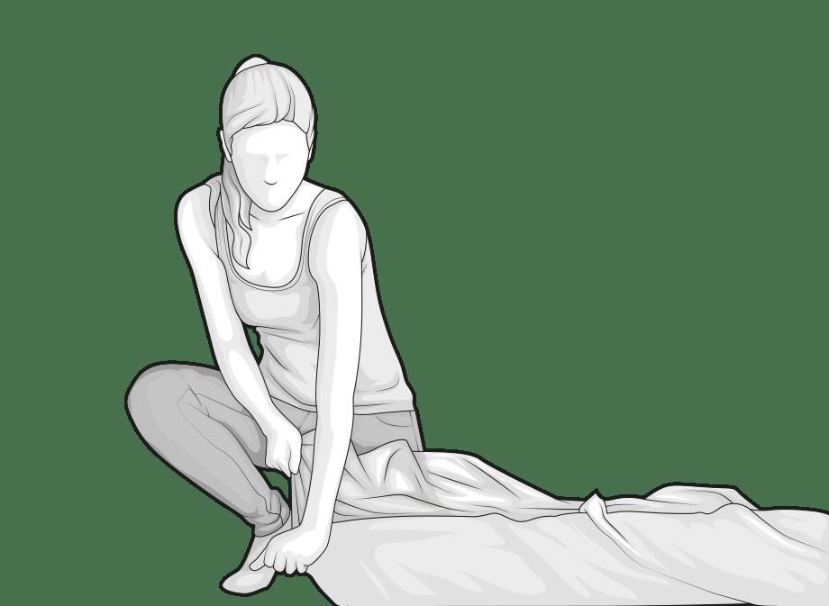Illustration : Une femme ouvre le coin du film d'emballage du matelas BODYGUARD.