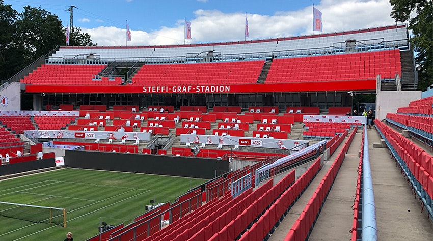Photo : Le stade Steffi Graf avec des sièges recouverts de rouge.