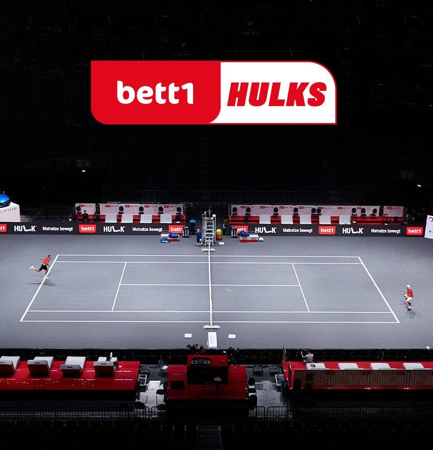Photo : Une scène de jeu du tournoi de tennis bett1HULKS au-dessus du logo bett1HULKS.
