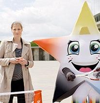 Photo : Friederike Sowislo, directrice générale de la Fondation allemande du sport scolaire, et la jeune mascotte en forme d'étoile s'entraîne pour les Jeux olympiques et paralympiques.