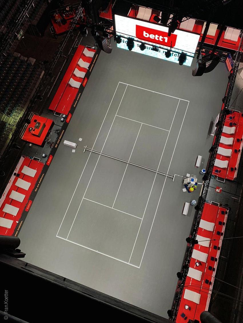 Photo : le court de tennis du bett1HULKS dans l'arène LANXESS de Cologne vu d'en haut.